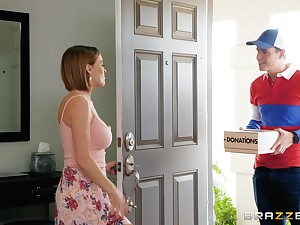 MILF floozy Krissy Lynn seduces be transferred to delivery guy and commons his cum