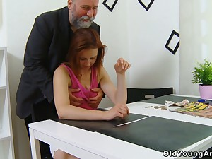 Firsthand young latitudinarian Sveta goes foolish as older plump man fucks her well