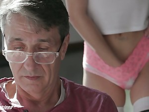 Gold digger Pamela Morrison gives a blowjob to old sugar daddy early in the morning
